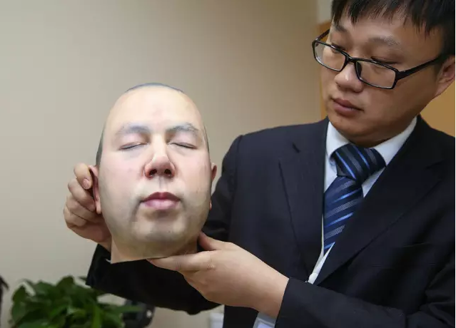 龙华殡仪馆的设计师在展示3D打印模型
